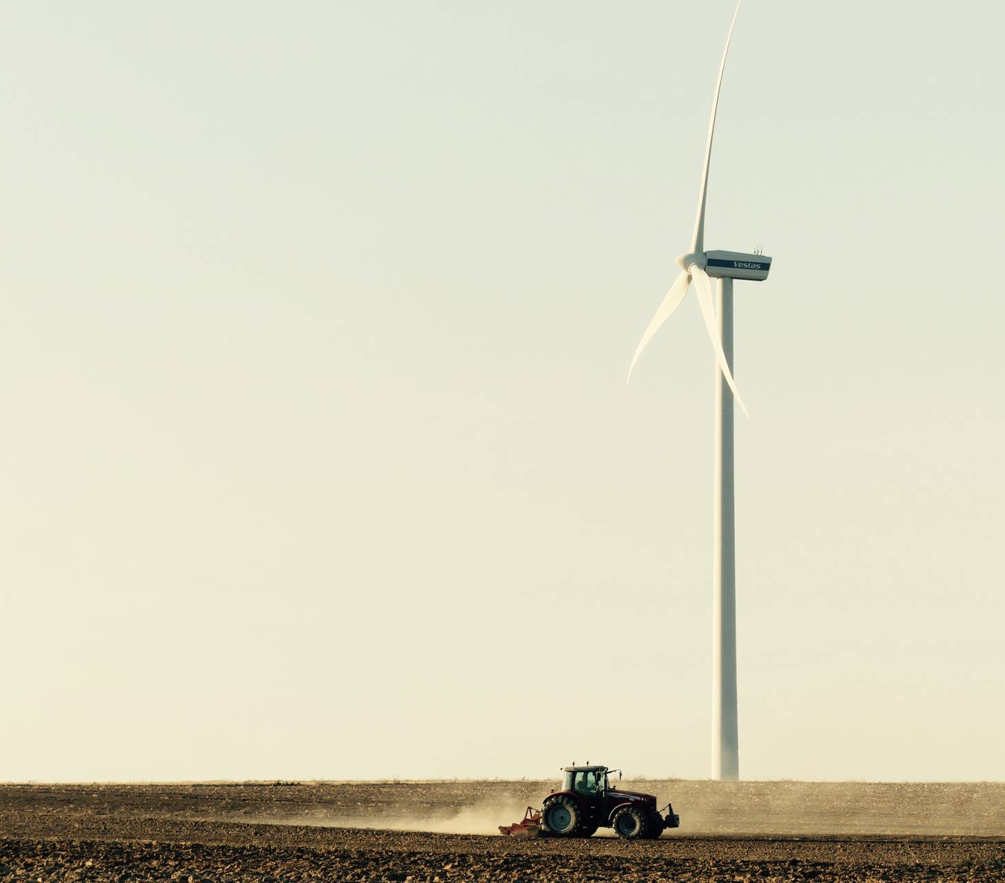 Éolienne et tracteur.