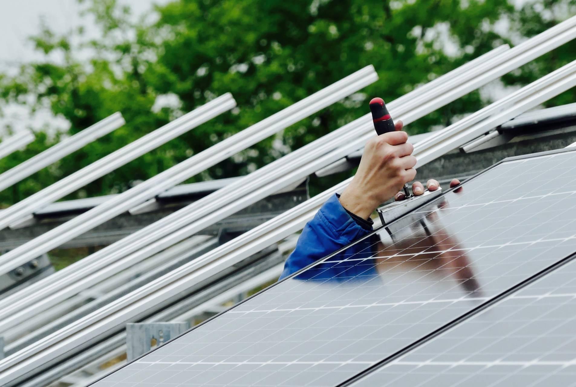 Montage photovoltaïque main tournevis.