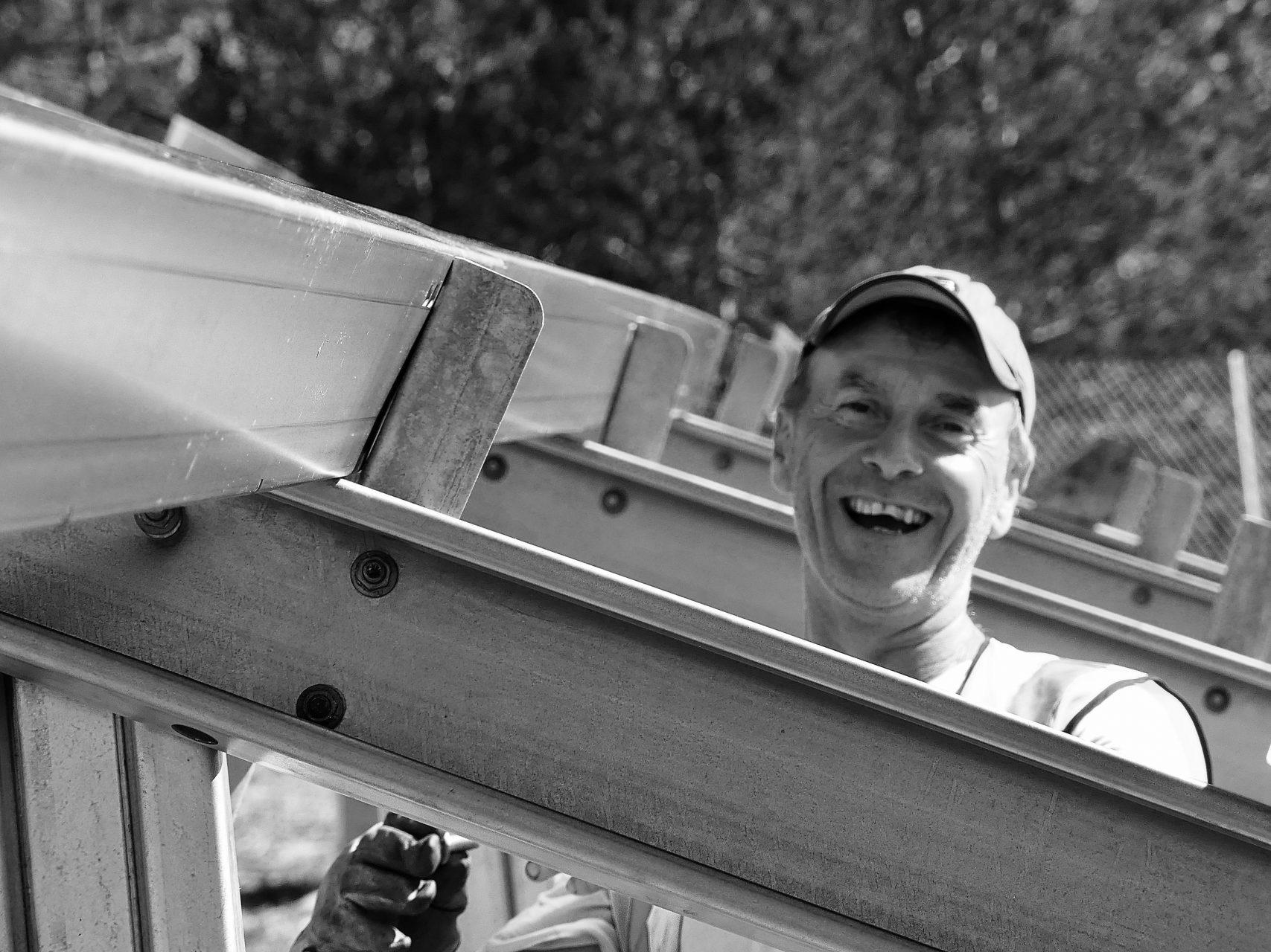 Montage panneaux photovoltaïques, technicien qui rit.