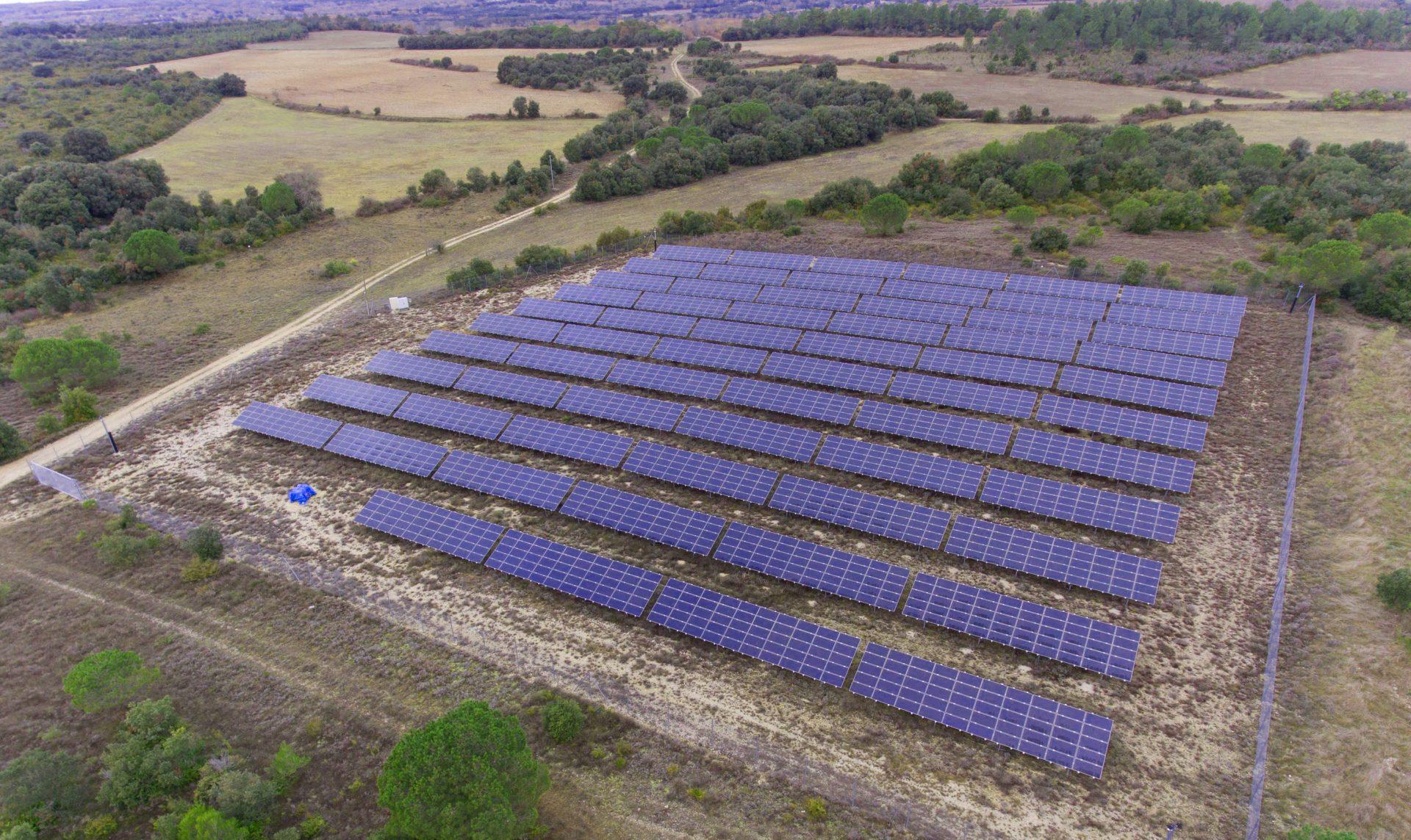 Vue drone d'un parc photovoltaïque.