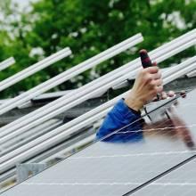 montage photovoltaique main tournevis